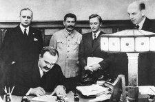 Évtizedekig tagadott, titkos záradékban osztotta fel fél Európát Hitler és Sztálin