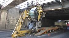 Felfordította a szállítmányt a felüljáró alá szorult teherautó – fotó
