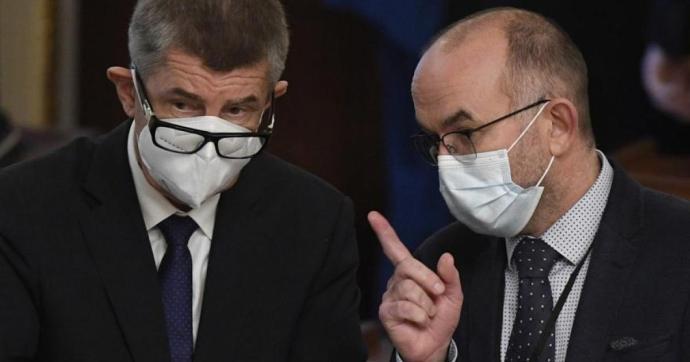 Koronavírus – Lemondott a cseh közegészségügyi intézet vezetője, botrányok az oltásnál