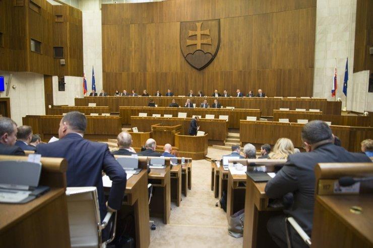 AKO-felmérés: Fico felemelkedőben van, Uhrík a parlamentben, Kotleba a parlamenten kívül