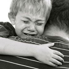 Brutális rendőri fellépés Jászberényben: kisgyermekeket fogtak el a zsaruk, a kicsik félelmükben összepisilték magukat