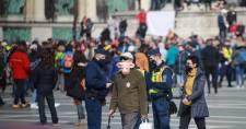 A maszkviselés ellen tüntettek a Hősök terén, a rendezvényszervező Gődény Györgyöt igazoltatták is