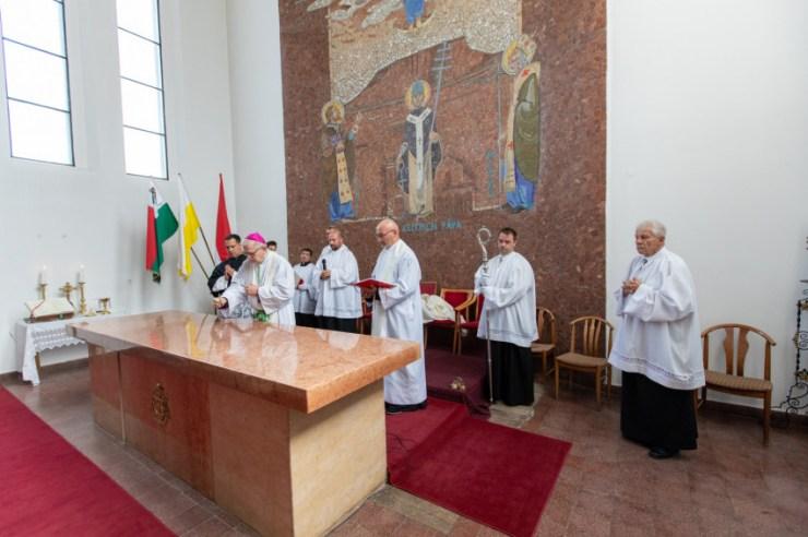 Római Szent Kelemen pápa ereklyéit helyezték a balatonlellei oltárba – KÉPRIPORT