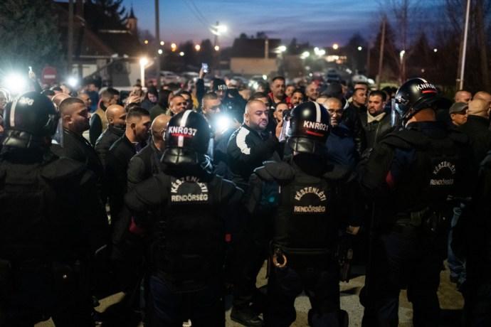 Felbérelt cigánybűnözők az antirasszista tüntetők között és a nagy benzinkúti menekülés