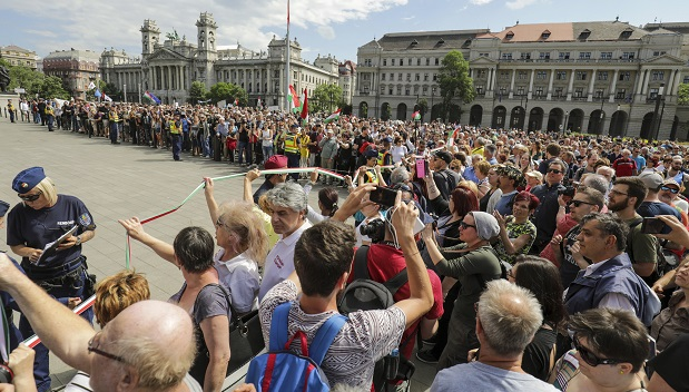 Dologtalanok a Nemzet palotája előtt