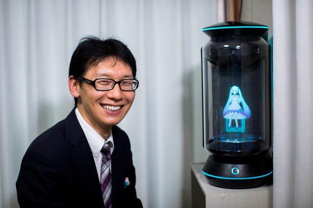 Újabb mérföldkő a kihalás útján: hologramot vett feleségül egy japán férfi