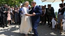Putyin benézett, és ha már ott volt, megtáncoltatta az osztrák külügyminisztert a lagziján