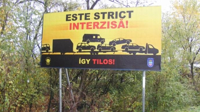 Durva táblákat tett ki az út mellé a rendőrség – fotók