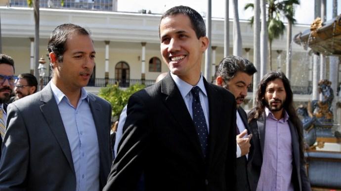 Szemünk előtt zajlik a puccs: Amerika az ellenelnöknek adja Venezuela százmillióit, hogy lefizethesse a hadsereg vezetőit