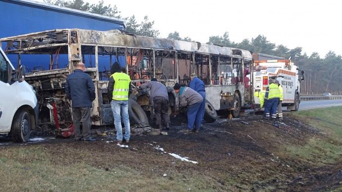 Egy ép darabja nem maradt, szénné égett az M5-ösön egy távolsági busz – fotó
