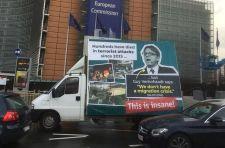 Megérkezett Brüsszelbe a magyar kormány Verhofstadt-ellenes plakátja