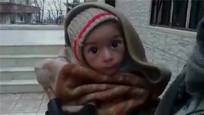 Indul a segítség a kiéheztetett szíriai városba