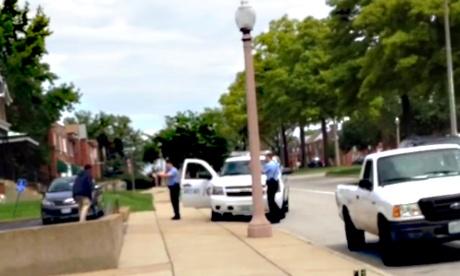 Közzétették a videót a késes feka kiiktatásáról: a rendőrökre támadó cigók ellen is hatékony lenne a módszer (16+)