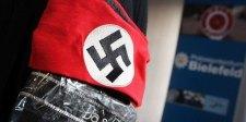 Német dilemma: horogkeresztet viselve lehet színházba menni – de Hitlert gúnyoló zsidó darabot játszanak