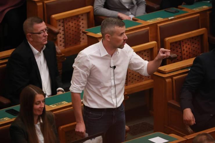 """Így kiabál a KDNP-s lelkipásztor a Parlamentben: """"Ki vagy te, Jakab? Majom!"""""""