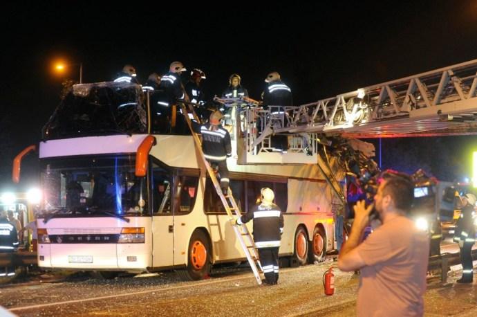 Magasságkorlátozó kapuba rohant egy emeletes ukrán busz Budapesten