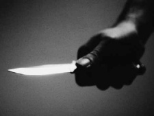 Eltérő kultúra karácsony előtt: nem adott cigarettát a tizenéves lány, belemártotta a kést