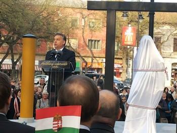 Orbán Viktor felavatta Kosztolányi szobrát Szabadkán