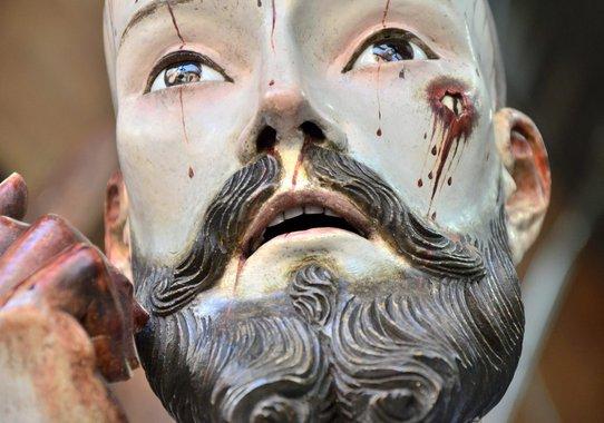 Emberi fogai vannak a 18. századi Jézus-szobornak