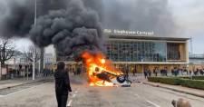 A kijárási tilalom első estéjén Hollandiában felgyújtottak egy tesztközpontot