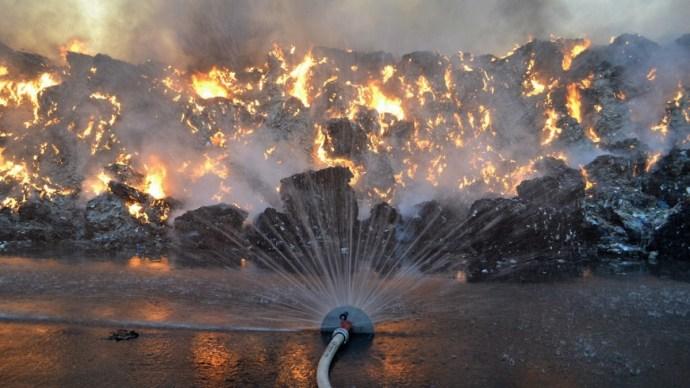 Szüntelenül folyik a tűzoltók heroikus küzdelme a lángokkal – galéria a tűzvonalból