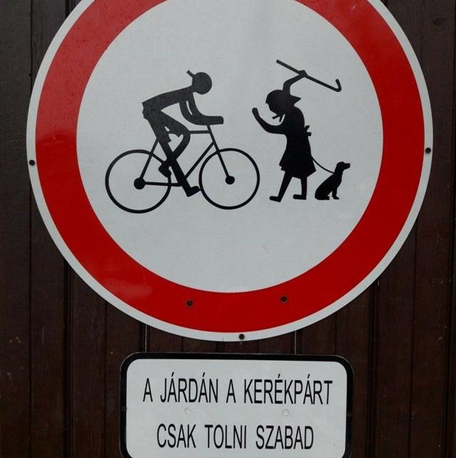 A járdán a kerékpárt csak tolni szabad!
