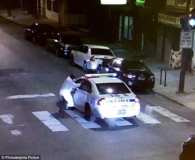 Az Iszlám Állam nevében adott le tucatnyi lövést egy járőrautóban békésen ülő rendőrre Philadelphiában