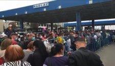 Káosz a magyar–román határon, ezrével torlódnak fel a szükségállapot feloldása miatt hazatérők