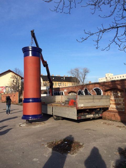 Oszlopkeringő: Simicska visszahelyeztette a főváros által tegnap elhordott hirdetőoszlopokat