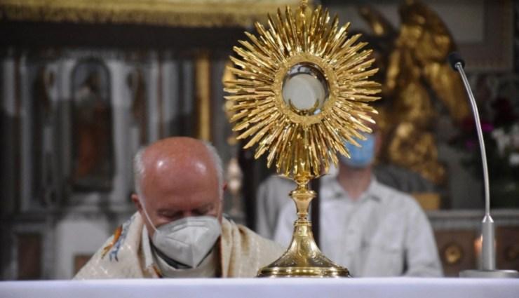 Lássuk meg az Oltáriszentség titkát és valóságát! – Úrnapja a külhoni magyar egyházmegyékben