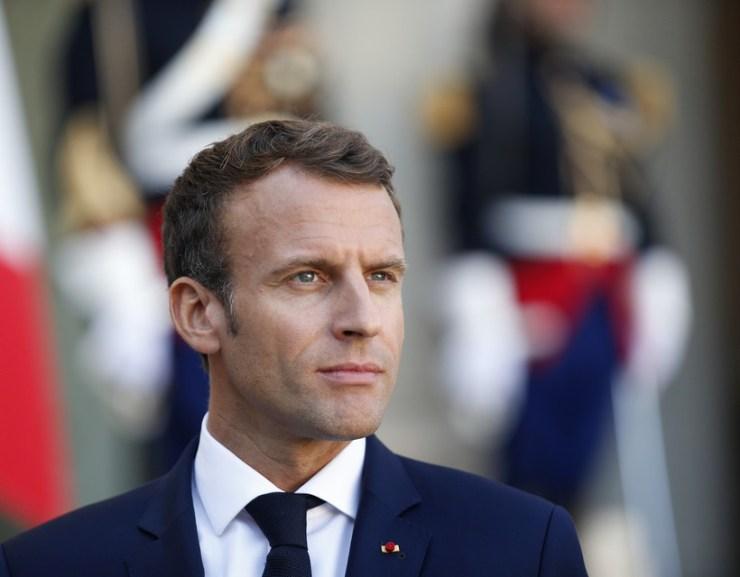 VIDEÓ: Egy férfi felpofozta Emmanuel Macron francia elnököt