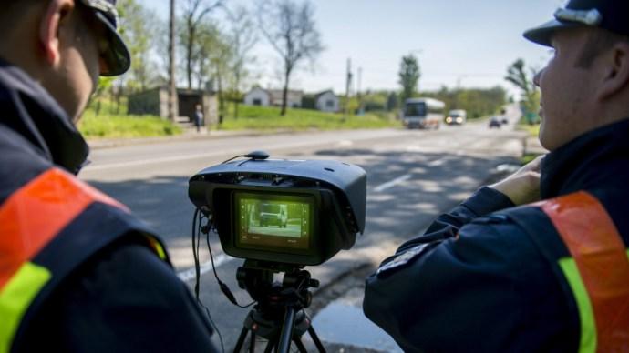 Durván demonstrálnak a rendőrök: nem csak a gyorshajtók bánják