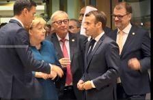 Juncker megint furcsán viselkedett. Ezúttal Macront vágta fejbe egy papírköteggel