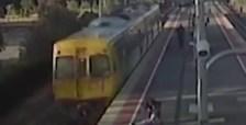 VIDEÓ: Vonat alá akarta dobni 14 éves barátnőjét egy 19 éves fiú