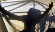 Csoportos nemi erőszakkal büntették a fiatal szerelmest