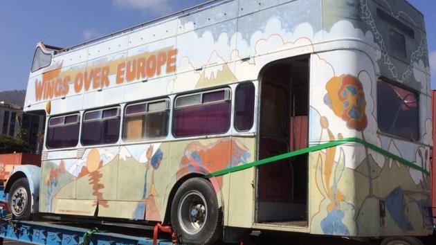 Kalapács alá kerül Paul McCartney pszichedelikus festésű turnébusza