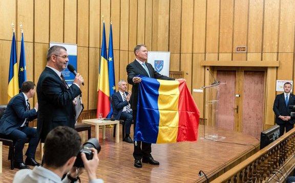 """Iohannis szerint az Erdélyből elüldözött vagy eladott szászok maradéka együtt ünnepli az oláhokkal a """"nagy egyesülést"""""""