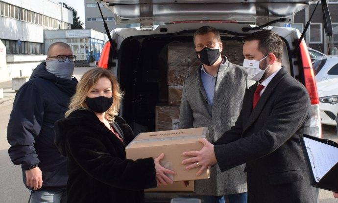Galántán átadták Magyarország ajándékát, a lélegeztetőgépeket