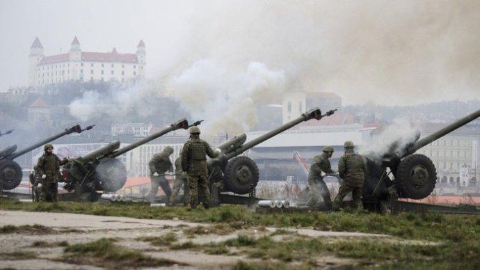 Szétlőtt egy lámpát a szlovák hadsereg az újévi pufogtatáskor