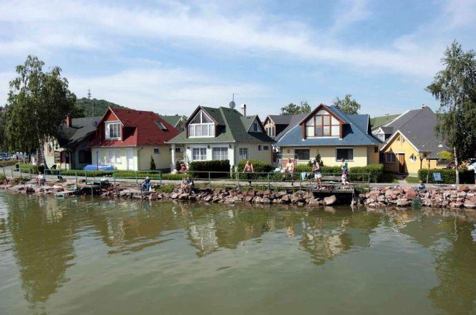 A Balatonnál egymást érik az olcsó faházak és az eladó luxusvillák
