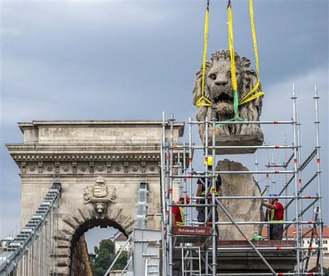 Egy oroszlánszoborral kevesebb a Lánchídon