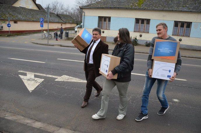 """""""A magyar gazdaság ereje lehetővé teszi"""" – EU-s pénzből vett élelmiszercsomaggal kampányol az államtitkár"""