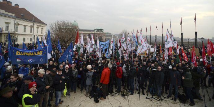 A fővárosban tüntet a szivárványos-EU-s baloldali ellenzék, mert nincs idejük gyereket csinálni