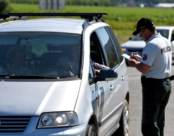 24 óra alatt 64 444 gépkocsi hajtott be Szlovákia területére