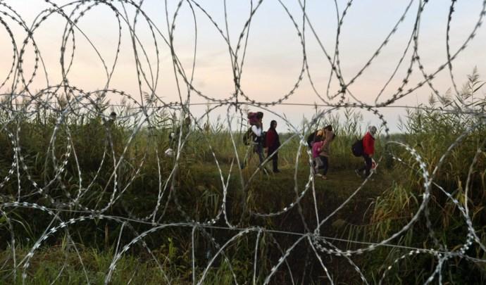 """Pintéri határvédelem: a rendőrök """"jobbnak látták továbbengedni"""" a zavargó betolakodókat Röszkénél"""