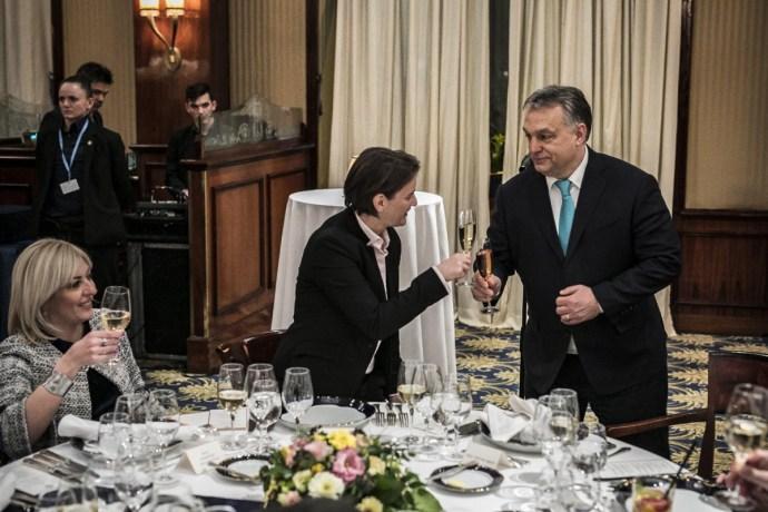 Orbán pezsgőzik, a konyhás nénik küzdenek, délen meg űzik a törököket