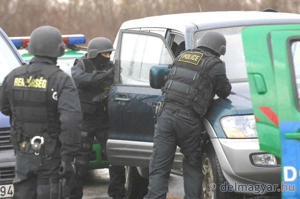 Kommandósok toloncolják ki az Új Magyar Gárda tagját