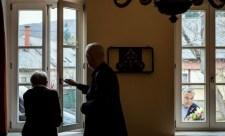 Önleleplező propagandafotó a Törőcsik Marit látogató miniszterelnökről