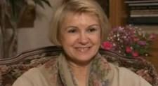 A túlélőknek azért már a holovallásúak is hihetnek: ez a hölgy arról mesélget, hogyan építettek hullahegyeket a szovjetek Auschwitzban a jó kis felszabadítós felvételekhez