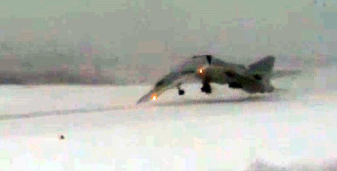 Videó: Leszállás közben kettétört egy orosz vadászbnombázó, egyetlen ember élte túl